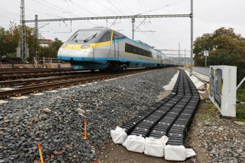 Nový kabelovod na mostě přes ulici Otakarova.