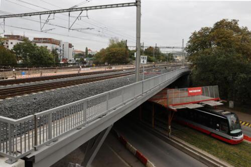 Most přes ulici Otakarova za provozovanými kolejemi ve střední části mostu dokončená izolace.