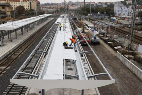 Práce na zastřešení 3.nástupiště železniční stanice Vršovice a železničním spodku koleje č. 5.