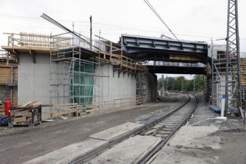 Most na křížení tratí Hostivař – Zahradní Město (nahoře), Malešice – Zahradní Město.