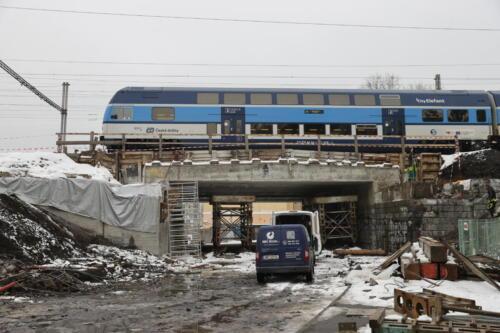 Rozpracovaný most přes zatrubněný potok Botič, v pozadí provozovaná nová část