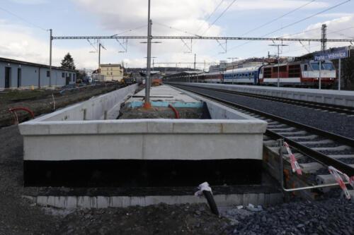 Ukončení nástupiště č. 2, vpravo provozované nástupiště č. 3 žst Vršovice.