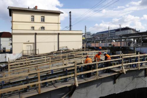 Výstup z podchodu žst Vršovice do ulice Ukrajinská, v pozadí výpravní budova.