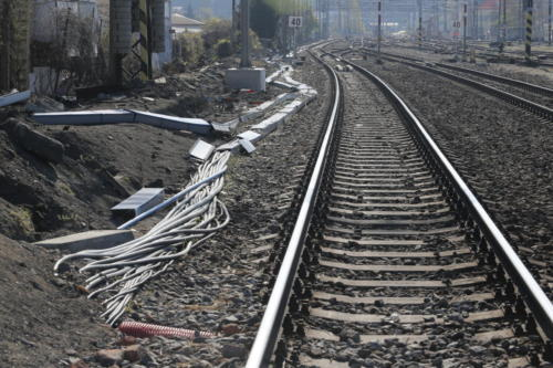 Provizorní trasy kabelovodů a podhled na depo kolejových vozidel (DKV) v oblasti Vršovic.