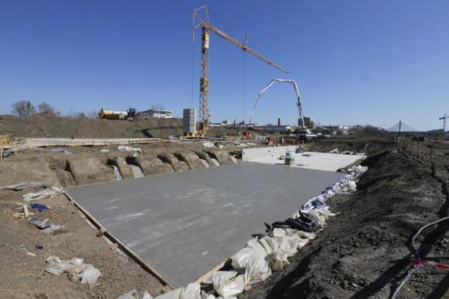 Betonáž základů s následnou hrubou stavbou trakční měnírny Zahradní město.