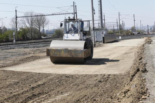 Budování zemního tělesa pro koleje č. 201 a 202.