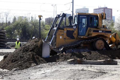 Rozhrnování zeminy pro vybudování tělesa železničního spodku.