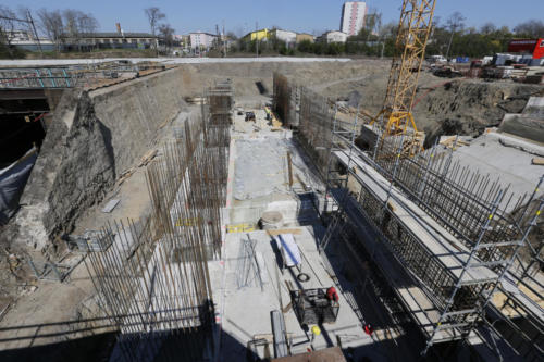 Betonáž opěry žel. mostu přes ulici Průběžná, která bude sloužit zároveň jako odbavovací prostor pro cestující a betonáž plochy pro následnou instalaci pohyblivých schodišť.